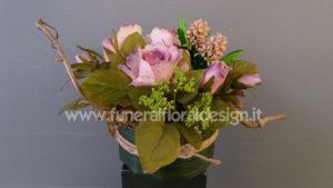 Composizione funebre fiori finti tavolo firme funerale