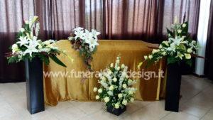 Addobbo floreale funerario camera mortuaria fiori finti