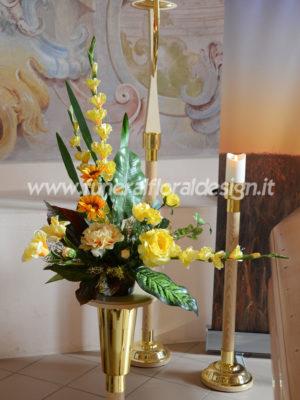 Composizione funebre triangolare fiori artificiali
