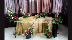 Addobbo floreale sala del commiato fiori finti