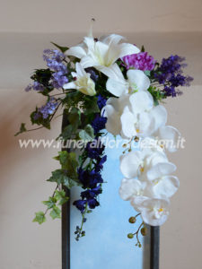 Composizione funebre decorativa cascante fiori artificiali