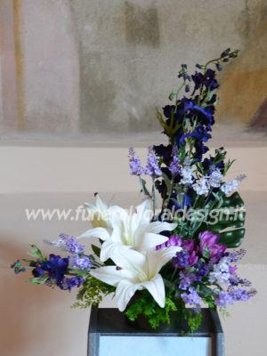 Composizione funeraria decorativa triangolare fiori finti